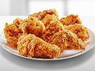 Пълнени пържени пилешки крилца с хрупкава панировка от царевично брашно с плънка от кашкавал, бекон, гъби и кисели краставички